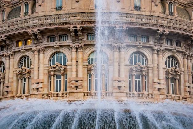 Detalhe da fonte na piazza de ferrari em gênova, itália. a piazza de ferrari é a praça principal de gênova.