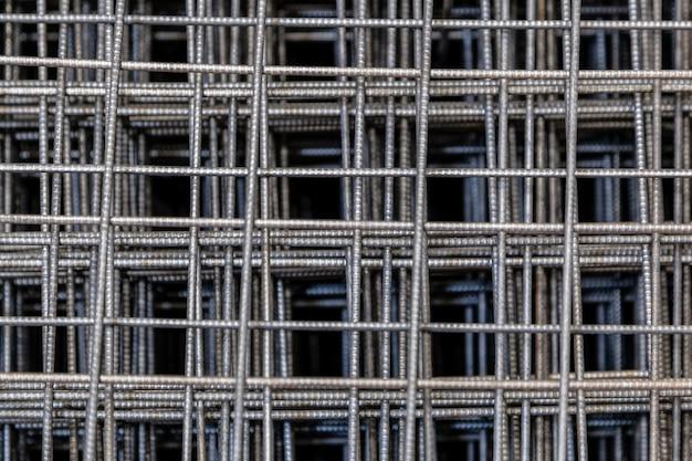 Detalhe da grade 3d do chrome para a construção. feche o padrão de um filtro de forno. preto e branco próximo acima de uma grade do metro da calçada com profundidade de campo rasa.