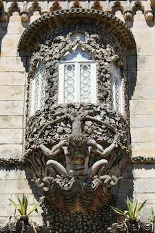 Detalhe da janela ornamentada no palácio de sintra portugal.