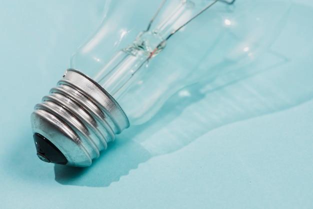 Detalhe da lâmpada no pano de fundo azul