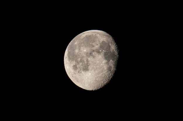 Detalhe da lua no escuro durante a noite
