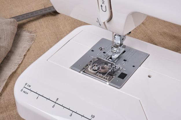 Detalhe da máquina de costura e acessórios de costura. copie o espaço
