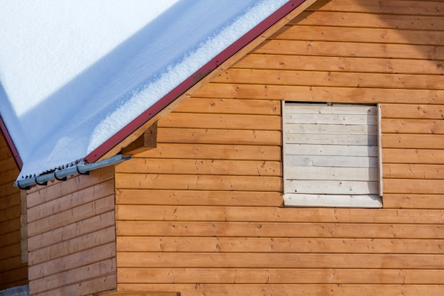 Detalhe da nova casa de campo tradicional ecológica de madeira de materiais naturais de madeira