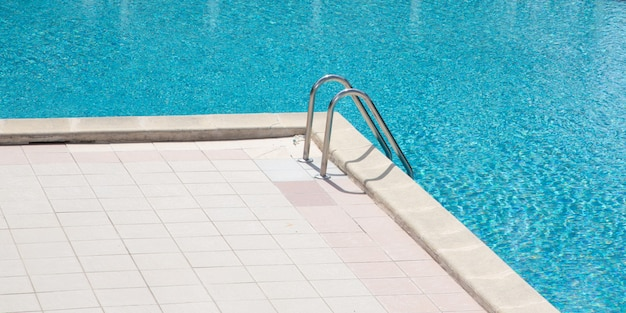 Detalhe da piscina com escada