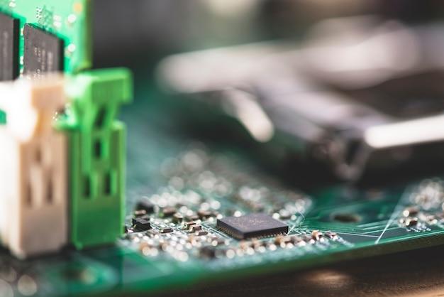 Detalhe da placa de circuito eletrônico com processador