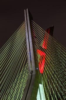 Detalhe da ponte por cabo em são paulo - brasil - à noite