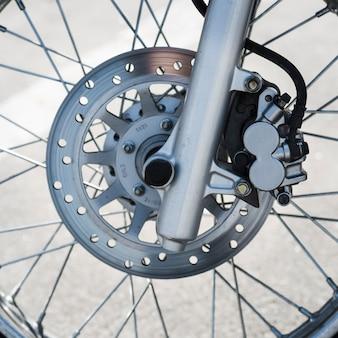 Detalhe da roda de moto com disco de freio