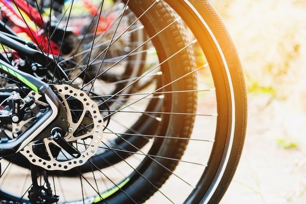 Detalhe da roda de uma bicicleta ficar no chão