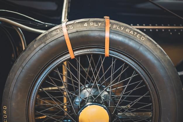 Detalhe da roda sobressalente de um carro antigo clássico