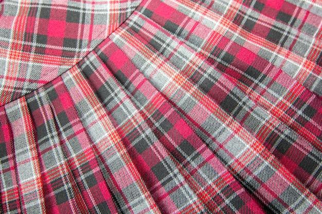 Detalhe da saia plissada xadrez de moda