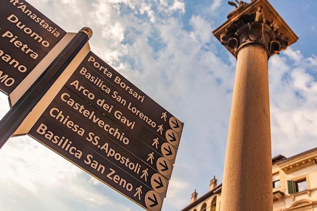 Detalhe da sinalização rodoviária com indicações turísticas em verona, itália