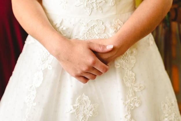 Detalhe da textura de um vestido de noiva branco.
