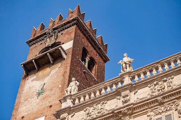 Detalhe da torre do castelo de verona na piazza delle erbe, erbe sqaure em inglês