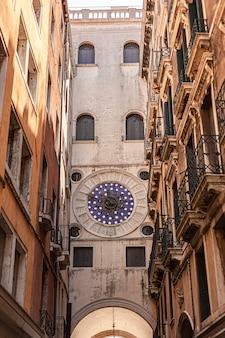 Detalhe da torre do relógio em veneza, na itália um exemplo da arquitetura renascentista