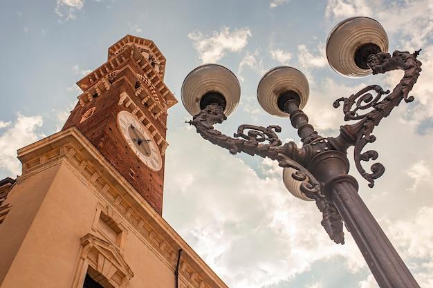 Detalhe da torre lamberti e poste de luz de baixo em verona