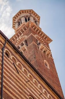 Detalhe da torre lamberti em verona, itália, durante um dia ensolarado