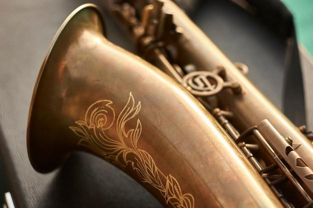 Detalhe da trombeta de um saxofone de latão. um instrumento musical usado por uma banda de rock.