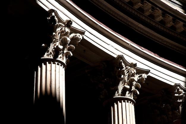 Detalhe das colunas no panteão de roma, itália