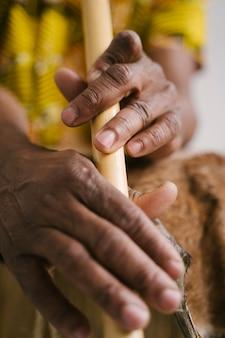 Detalhe das mãos do músico afro-americano do homem tocando flauta com espaço de cópia. aula de música online que aprende instrumentos musicais. estilo de ritmo e blues. cultura e tradições étnicas.