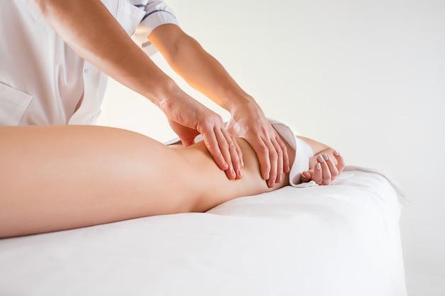 Detalhe das mãos massageando os músculos