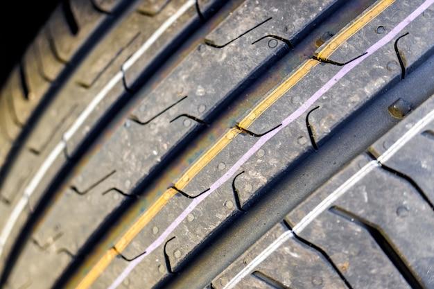 Detalhe das ranhuras de um pneu de carro novo.