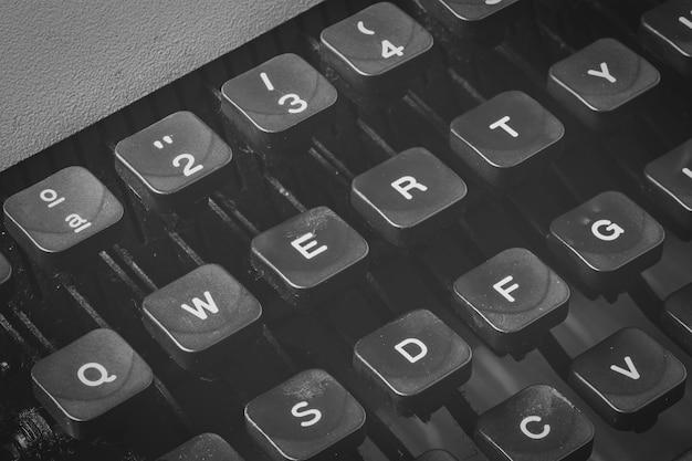 Detalhe das teclas qwerty de uma máquina de escrever vintage em preto e branco