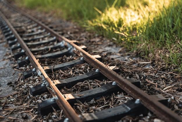 Detalhe das travessas antigas que seguram os trilhos de um pequeno trilho de trem.