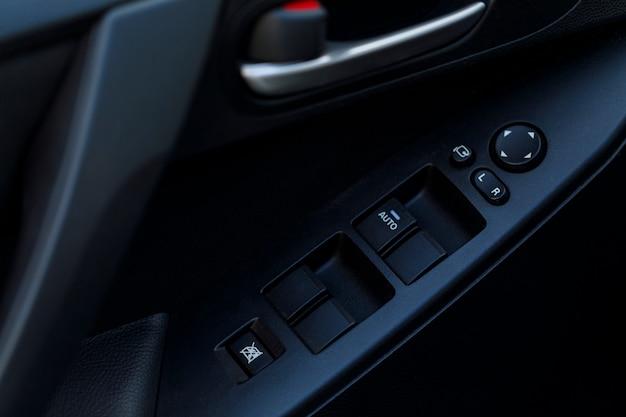 Detalhe de alguns botões pretos em um carro