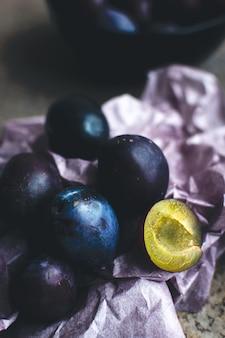 Detalhe de ameixas orgânicas frescas