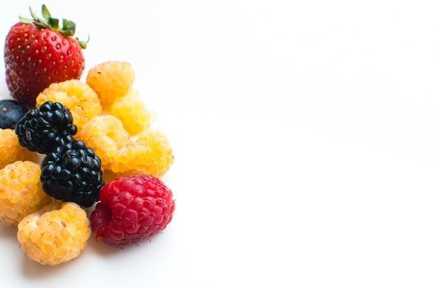 Detalhe de bagas frescas saudáveis coloridas em um fundo branco