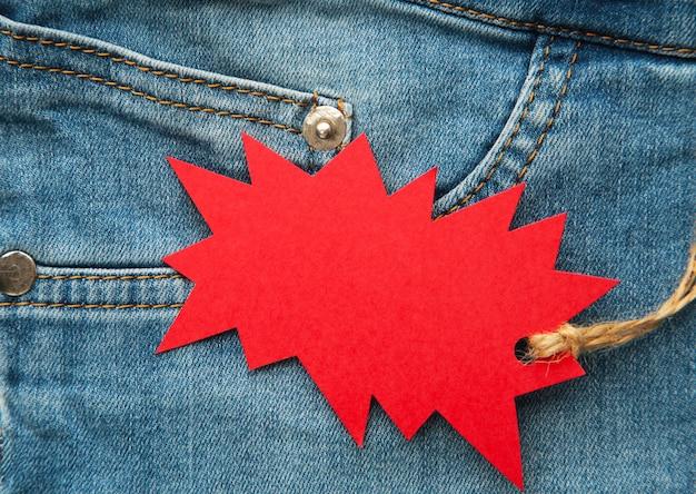 Detalhe de calças de ganga com etiqueta vermelha. sexta-feira preta
