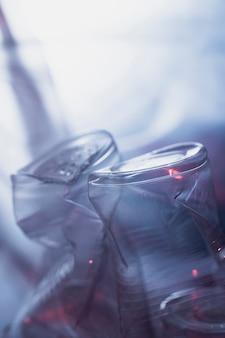 Detalhe de copos de plástico de lixo