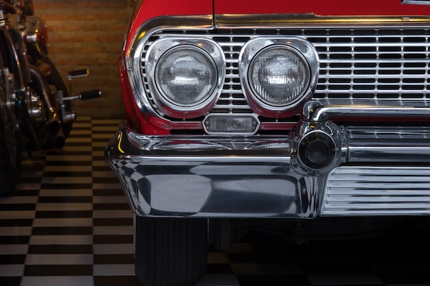 Detalhe de cor no farol de um carro antigo