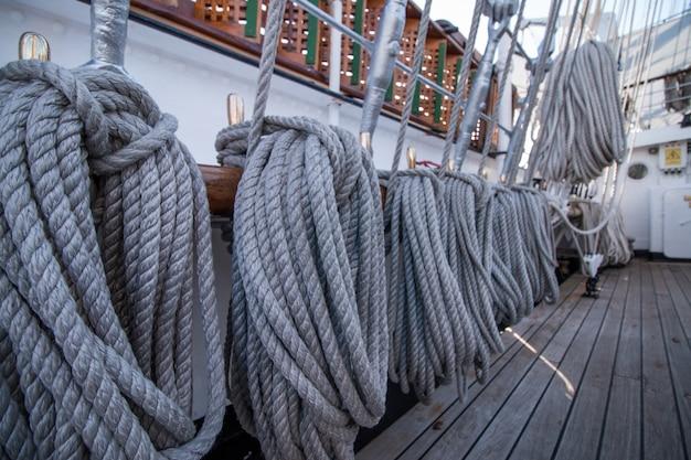 Detalhe de corda de navio alto