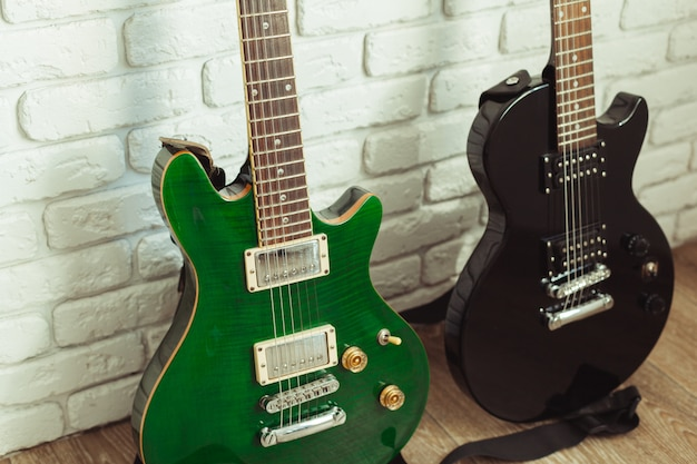 Detalhe de corpo e pescoço de guitarra elétrica em madeira