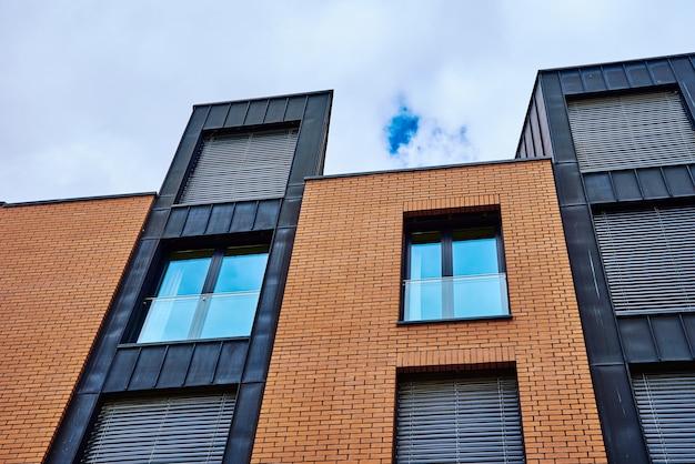 Detalhe de edifício residencial moderno contra o céu