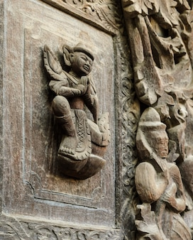 Detalhe de escultura em madeira no templo shwenandaw kyaung em mandalay, myanmar