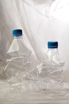 Detalhe de garrafas plásticas para reciclagem.