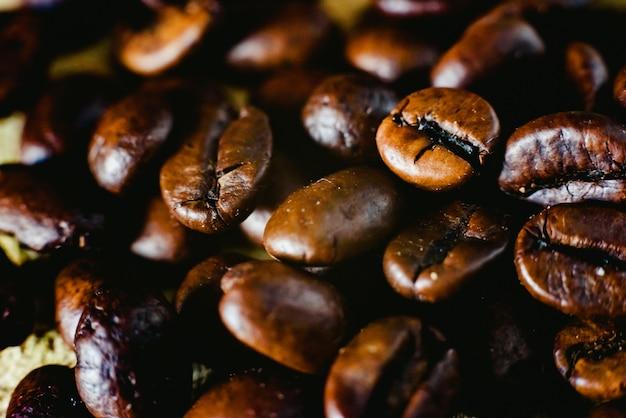 Detalhe de grãos de café torrados, produzidos na colômbia.