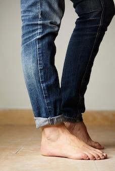 Detalhe de jeans vestido por um modelo