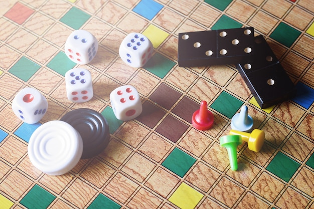 Detalhe de jogos de tabuleiro, dominó, damas, damas e dados