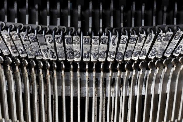 Detalhe de letras metálicas de máquinas de escrever vintage