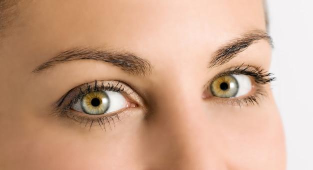 Detalhe de lindos olhos verdes em uma jovem garota