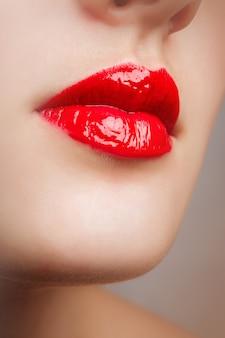 Detalhe de maquiagem de lábio vermelho de beleza.