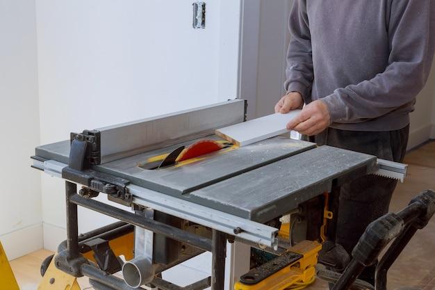 Detalhe de marcenaria em equipamento de madeira serra circular de carpintaria cortando lâmina de prancha de madeira com close-up da placa