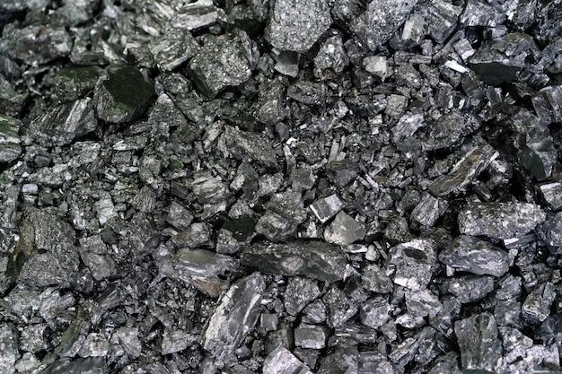 Detalhe de muitas peças de material de metal de fundição empilhadas juntas. indústria siderúrgica