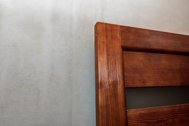 Detalhe de porta de madeira na parede de concreto
