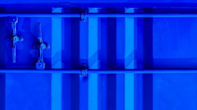 Detalhe de porta industrial azul do contentor.