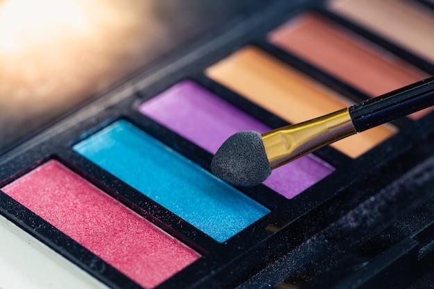 Detalhe de produtos de maquiagem colorida closeup