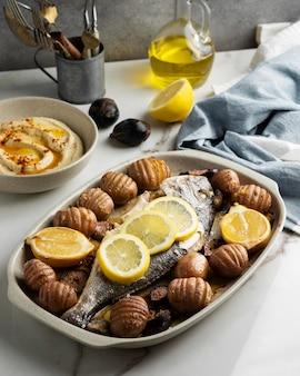 Detalhe de refeição rica em proteínas de peixe